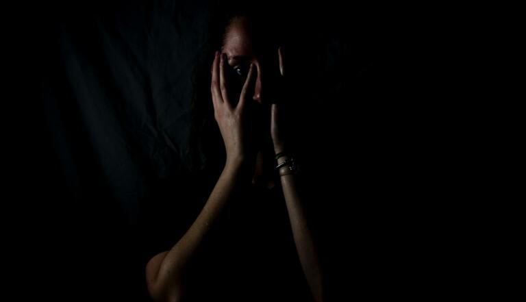"""Féminicide par un (ex-)compagnon : """"On est moins en sécurité dans sa maison que dans la rue lorsqu'on est une femme"""""""