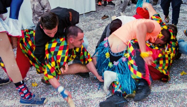 """Le """"bouffon fouetteur"""" : le carnaval ancestral du sud de la France où l'on distribue des fessées"""