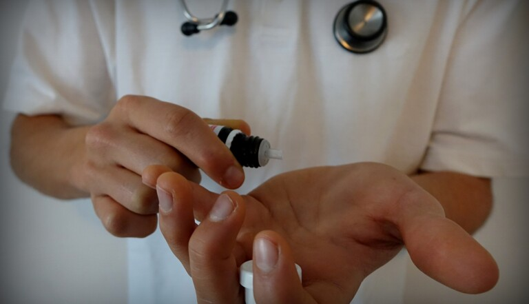 """Un médecin propose de """"soigner"""" l'homosexualité par l'homéopathie"""