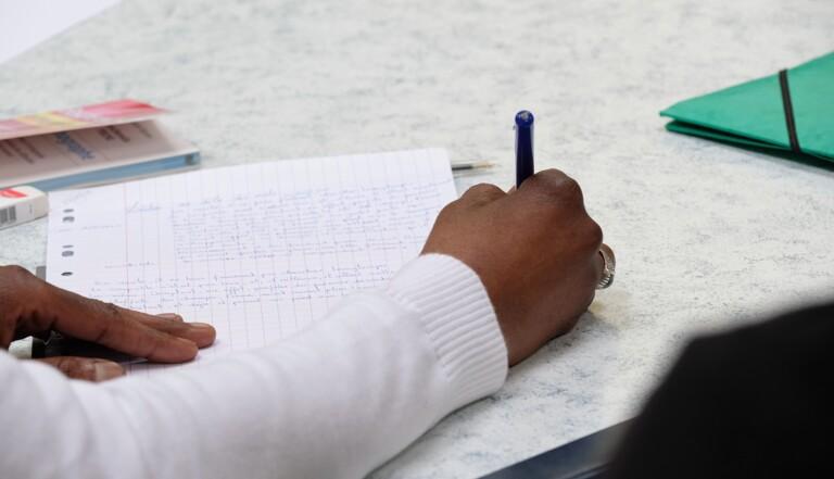 Illettrisme en prison : reportage dans une classe derrière les barreaux