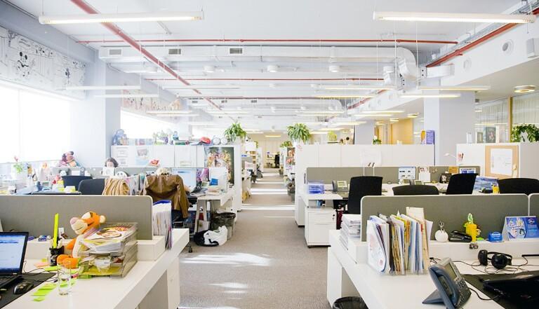 Les salariés en open space s'envoient plus de mails que les autres (et parlent moins)