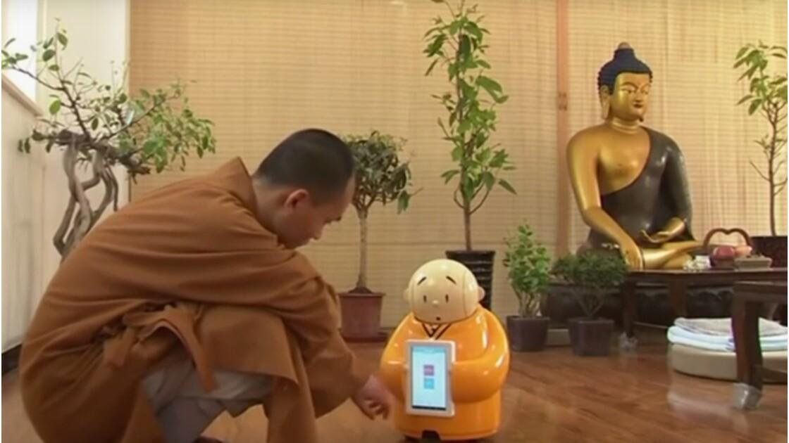 Un petit robot est moine bouddhiste en Chine