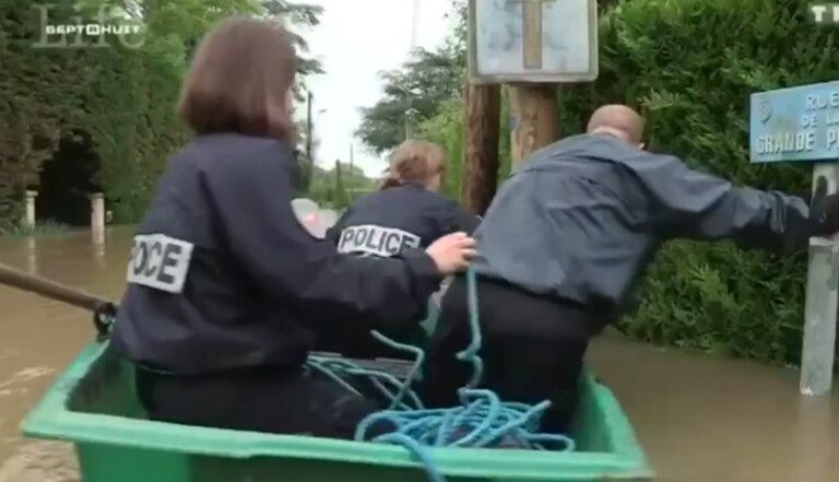 Trois policiers sont sur un bateau...