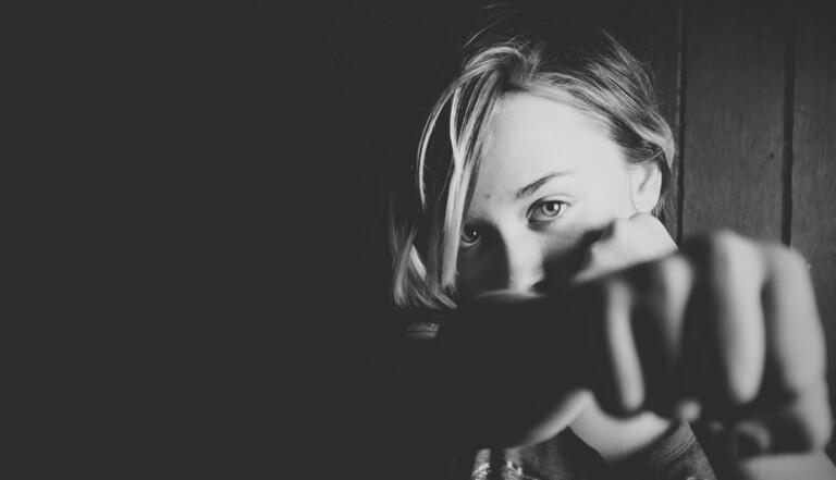 « Visez l'entrejambe et frappez fort » – Reportage dans un cours d'autodéfense féminine