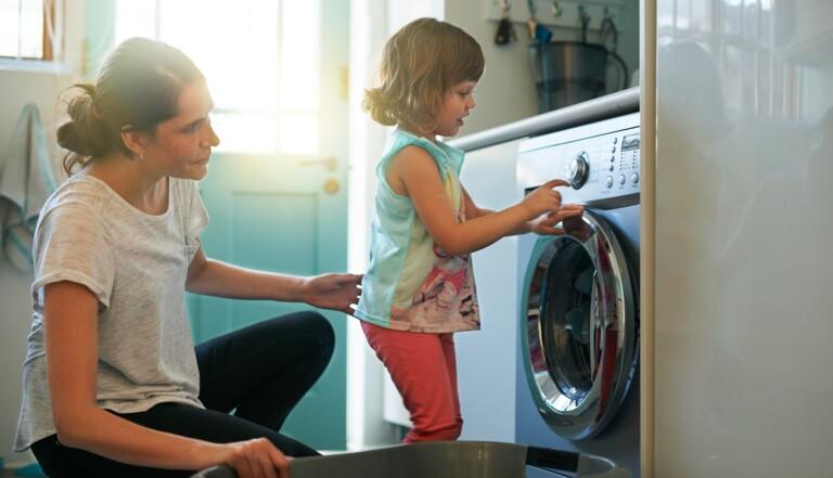 4 garçons sur 10 pensent encore que plus tard, c'est leur conjoint·e qui fera la lessive
