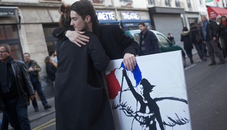 """""""Serre-moi fort"""" : sur les lieux du drame, des câlins - #BrasOuverts"""