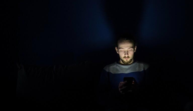 C'est prouvé, la lumière bleue des écrans provoque l'auto-destruction de nos rétines