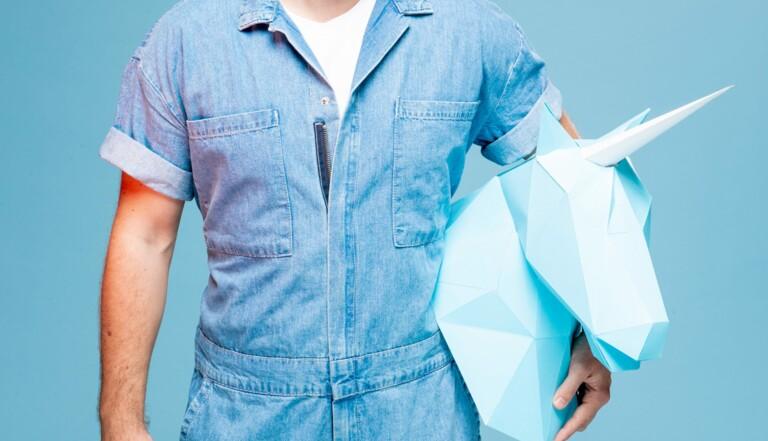 """""""Sensiblement viril"""" : Alex Ramirès se joue des clichés sur la masculinité, et c'est jouissif"""