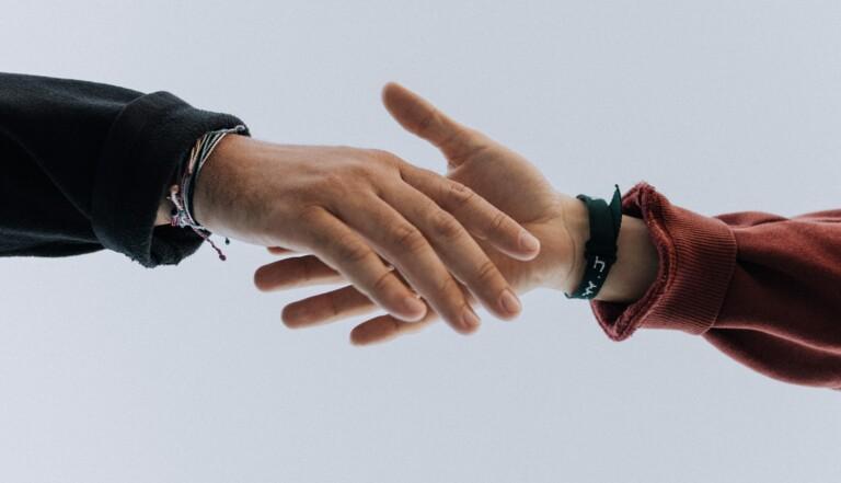Bise, amitiés, liens familiaux... comment nos relations sociales vont être bouleversées à long terme