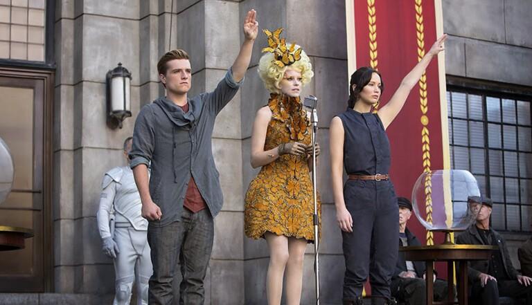 """Thaïlande : les lycéens adoptent le salut de """"Hunger Games"""", signe de contestation contre le régime"""