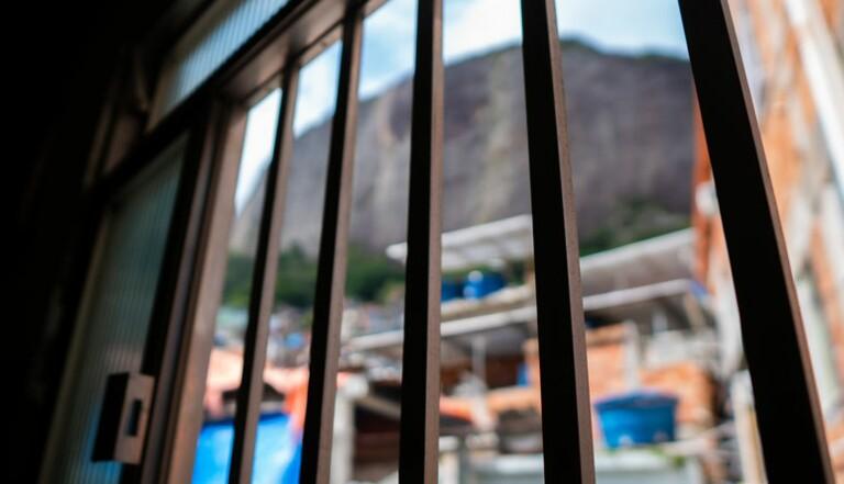 Parloir sauvage : Chroniques du voisin d'une prison, où j'ai noté les échanges entendus