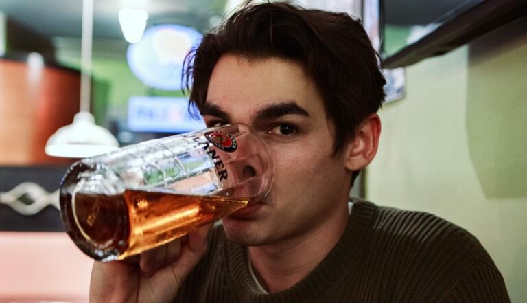 """""""La norme pour un homme est de boire, ça correspond à la construction de lamasculinité"""" : entretien avec le sociologue Nicolas Palierne"""