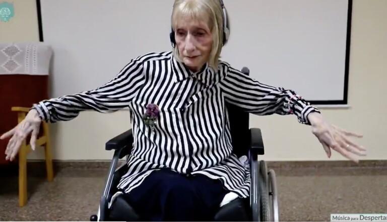 """Une ancienne ballerine atteinte d'Alzheimer se remémore les pas du""""Lac des Cygnes"""""""