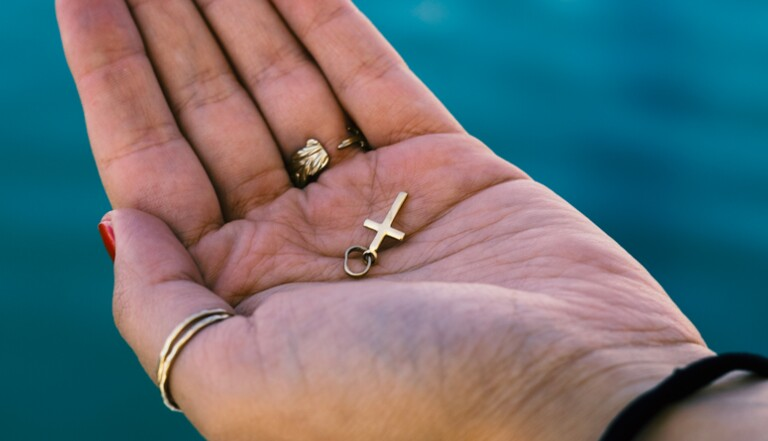 Coups, séquestration, exorcisme forcé... Enquête sur les violences conjugales chez les cathos intégristes
