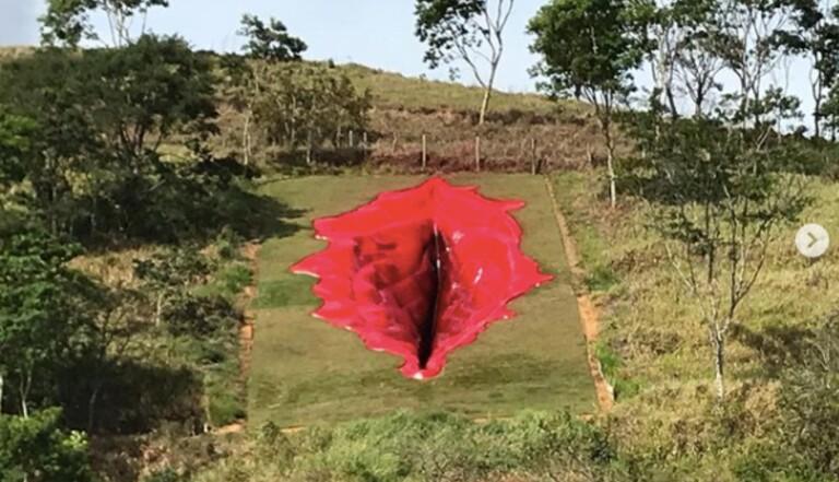 Au Brésil, une sculpture de vulve géante questionne le genre