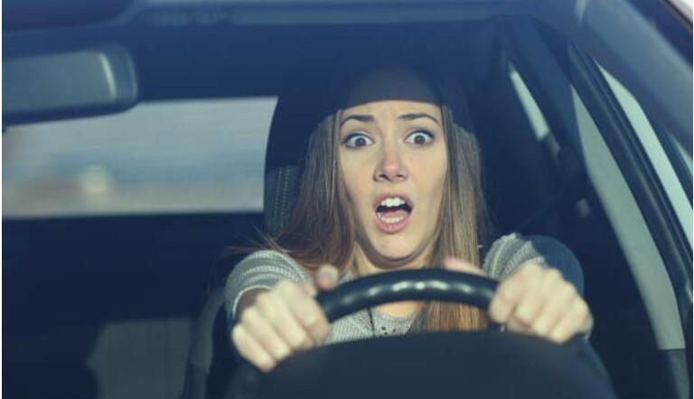 """L'amaxophobie est la peur de conduire: """"J'étais tellement stressée que j'ai failli écraser une personne en sortant d'un rond point"""""""