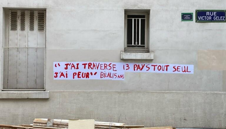 """A Paris, des """"collages réfugiés"""" pour dénoncer la situation des migrants mineurs"""