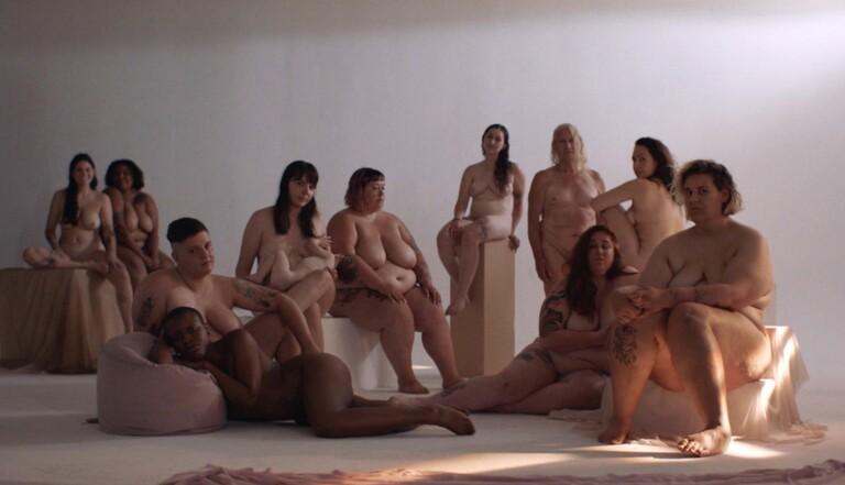 Grosses, nues, et belles : le dernier clip de Safia Nolin nous a séduits