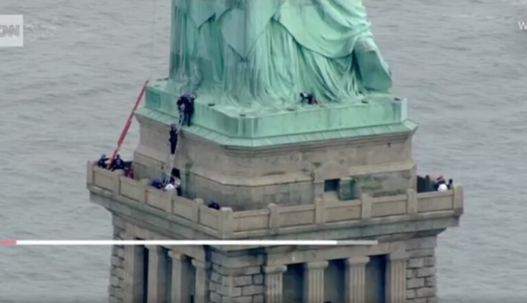 Elle grimpe sur la Statue de la Liberté pour dénoncer la politique migratoire de Trump
