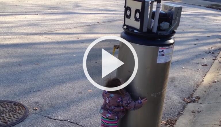 [VIDÉO] La pause cute : Cette petite fille entame la discussion avec un chauffe-eau (qu'elle prend pour un robot)