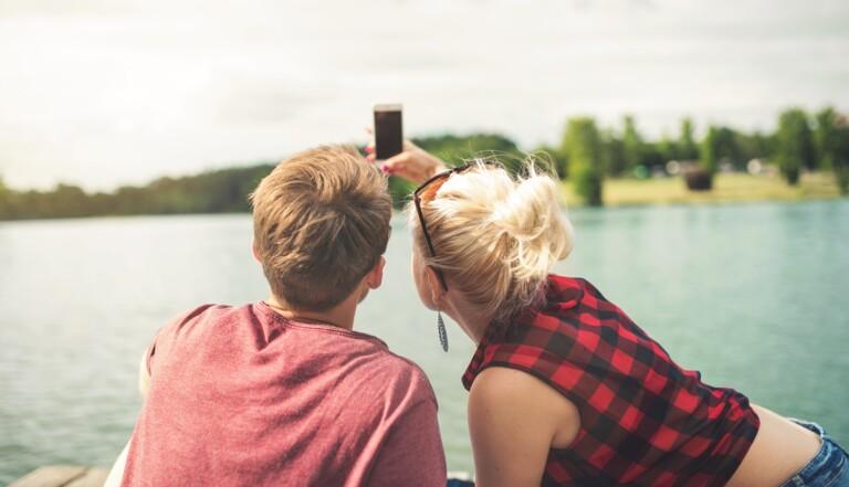 Bonheur fake & sourire forcé : comment les réseaux sociaux modifient notre perception de l'amour