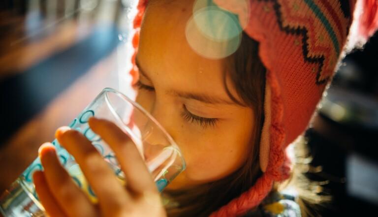 Microplastiques, pesticides, perturbateurs endocriniens : ce qu'on trouve vraiment dans l'eau du robinet en France