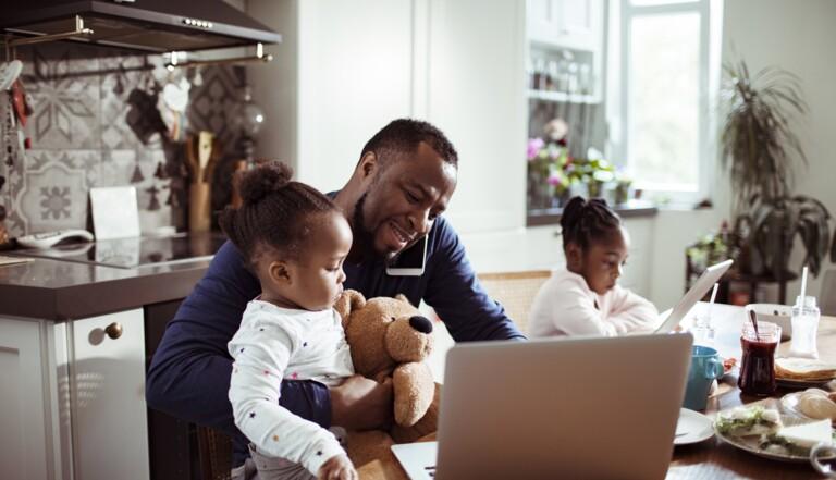 """""""Être 'homme à la maison' est un métier à part entière"""" : trois papas en congé parental racontent"""