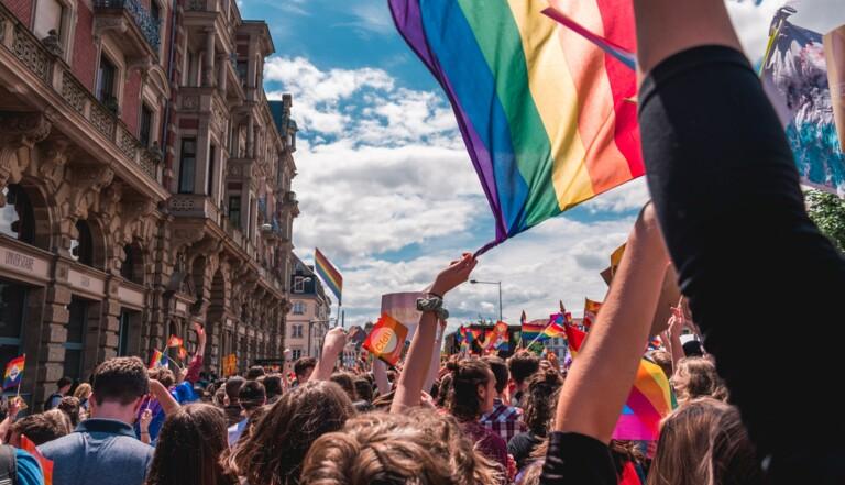 Les pays soutenant les droits LGBT+ ont une meilleure croissance économique, démontre un rapport