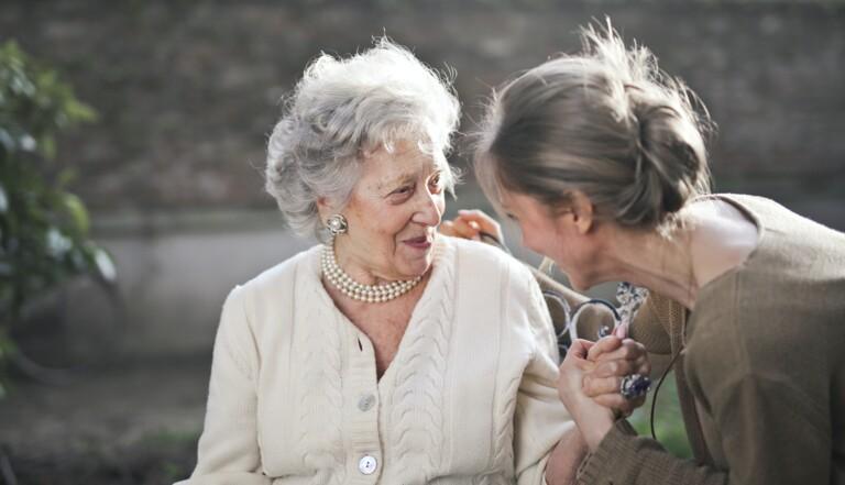 La France vieillit, il va falloir s'adapter : 5 propositions pour améliorer la vie des personnes âgées
