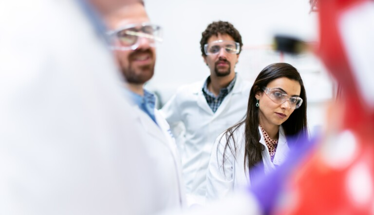 Sexisme dans la science : la revue Nature admet citer davantage d'hommes