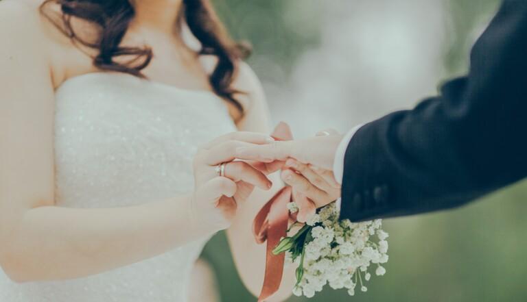 Un Américain atteint d'Alzheimer redemande sa femme en mariage... et l'épouse à nouveau