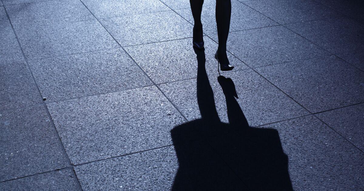 Suivie dans la rue par un homme se masturbant, sa main courante a été refusée au commissariat